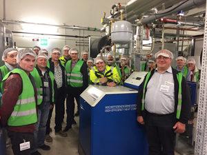 Seminarteilnehmer um Dozent Peter Otto (Mitte) bei der Besichtigung der HWV 20 bei DS Smith in Hanau 2017